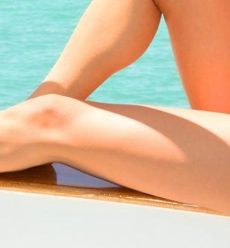 Mujer luce piernas ocultando ingles